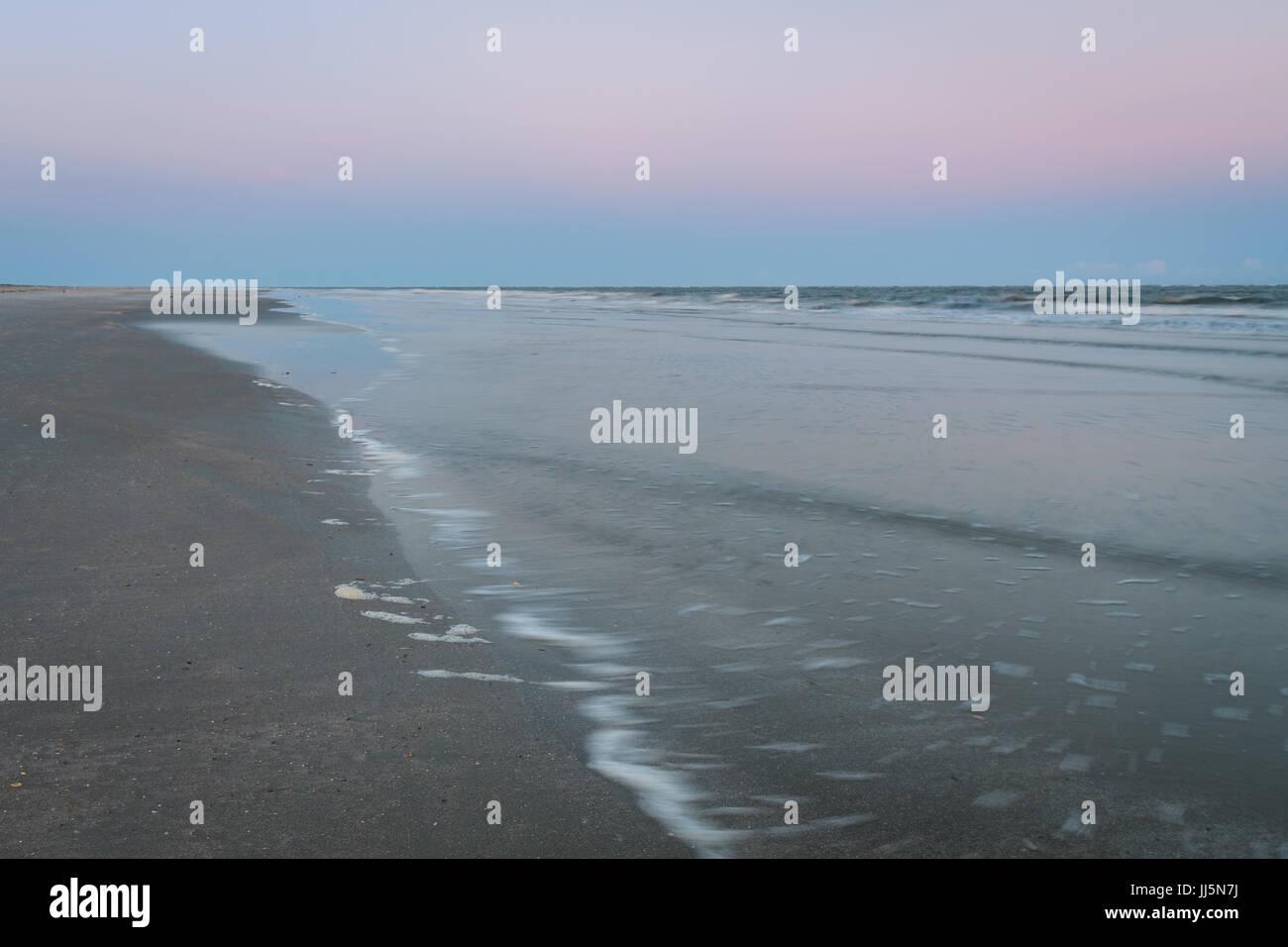 Une longue exposition de la marée basse au crépuscule. Photo Stock