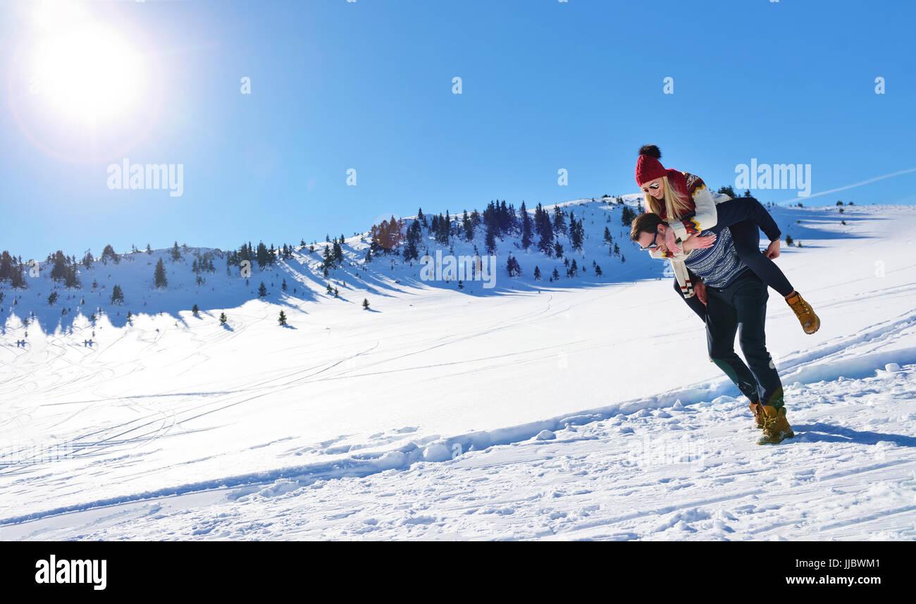 Couple aimant jouer ensemble dans la neige à l'extérieur. Photo Stock