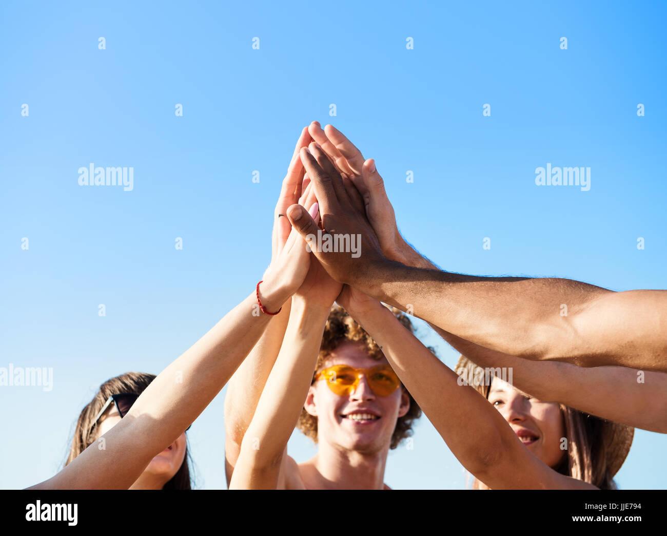 Groupe d'amis s'amusant sur la plage Photo Stock