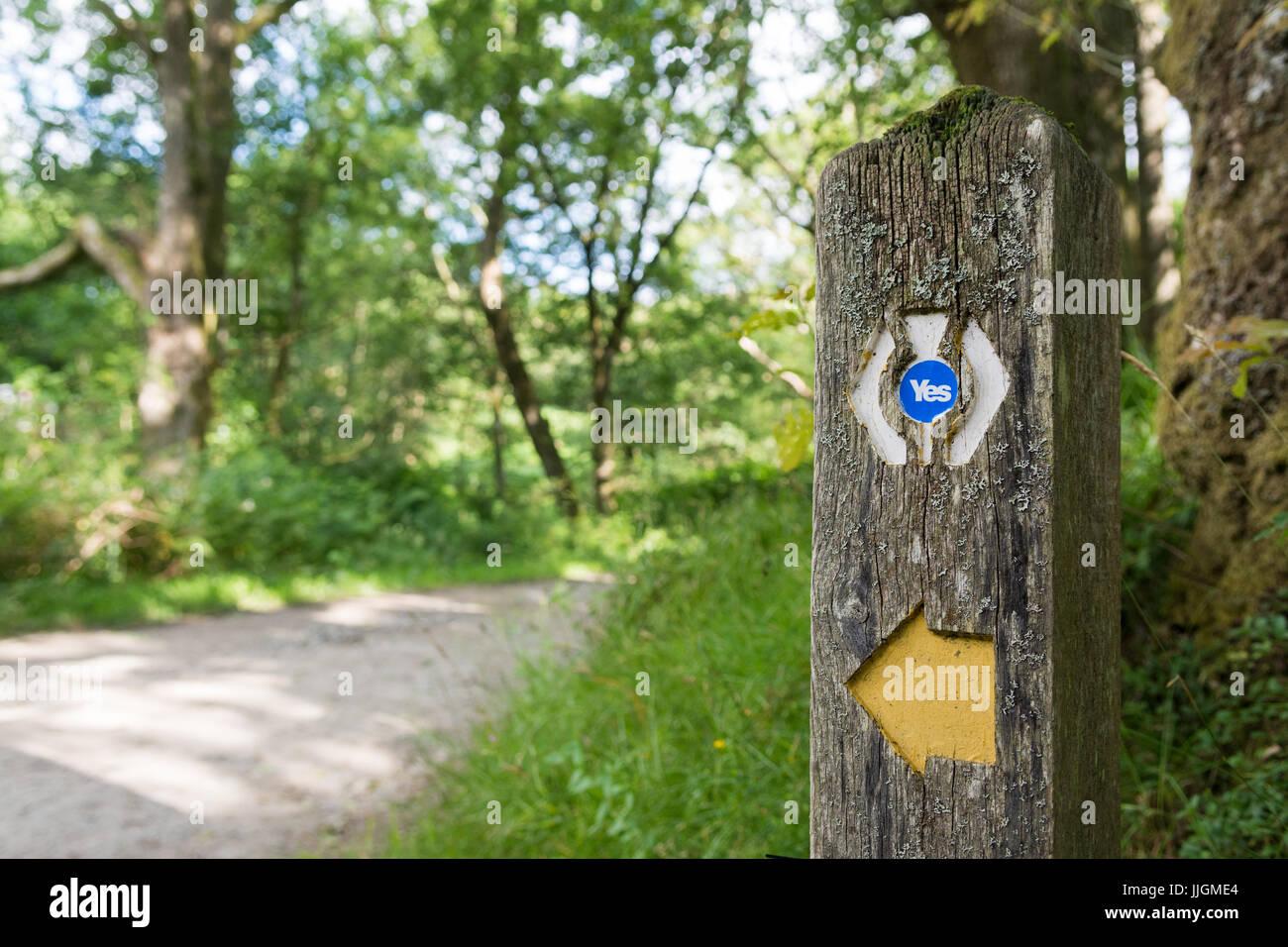Référendum sur l'indépendance écossaise - Notion - oui autocollant sur West Highland Way Photo Stock