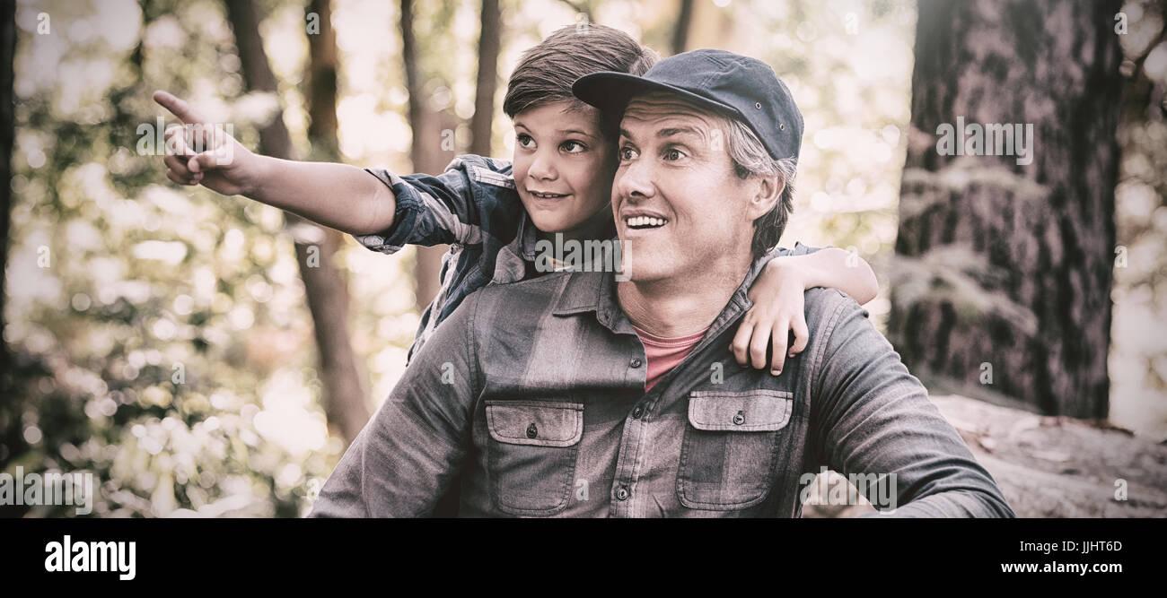 Garçon curieux montrant quelque chose à son père lors d'une randonnée en forêt Photo Stock