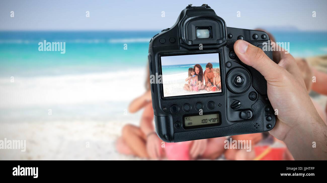 Image composite de la main coupée du photographe holding camera ... ae239761e42