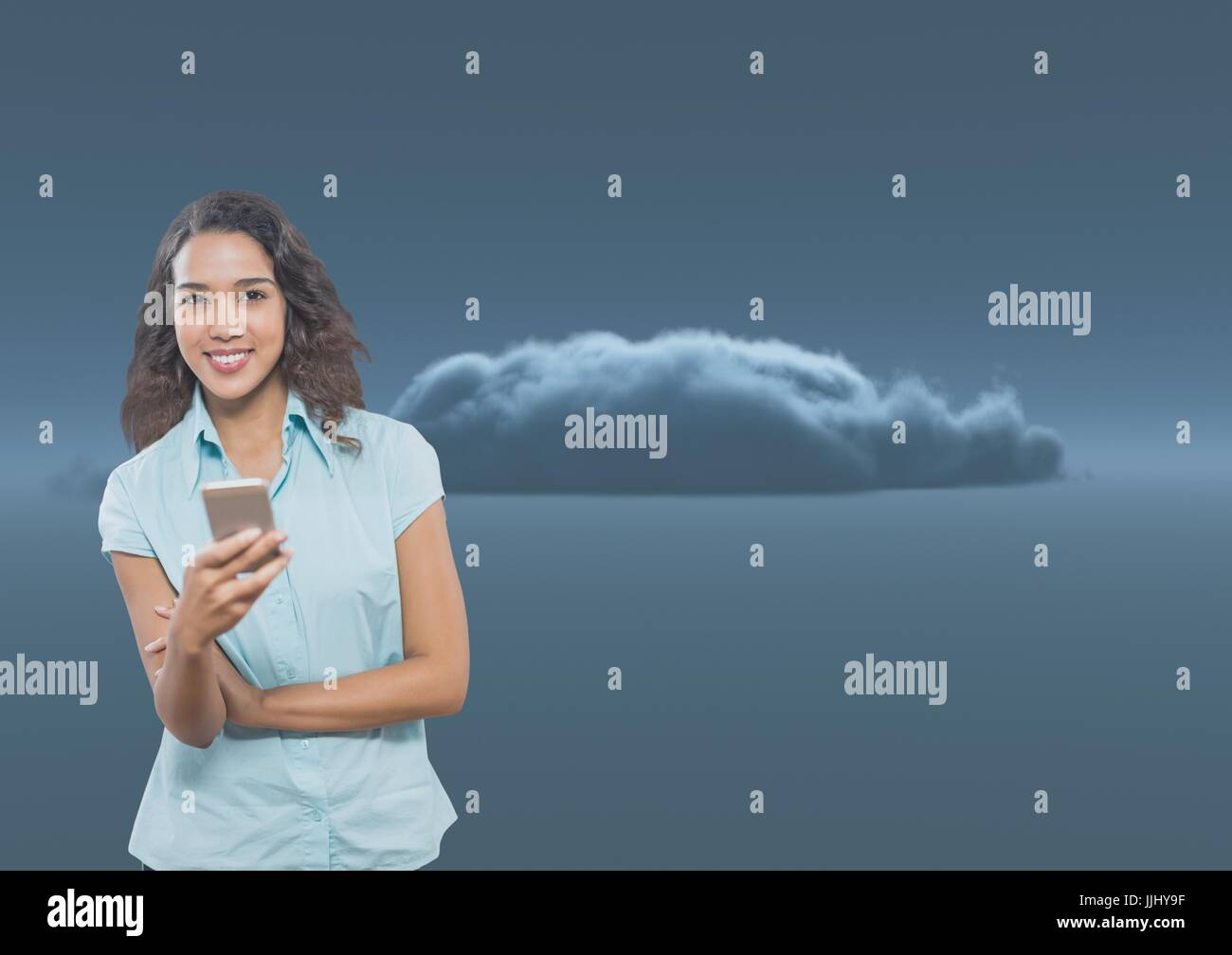 3D Smiling woman texting contre un sombre nuage 3D Photo Stock