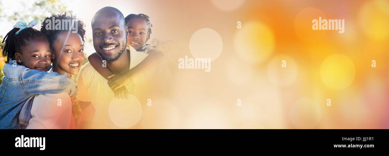 Famille piggy back à l'extérieur avec orange 3d transition bokeh Photo Stock