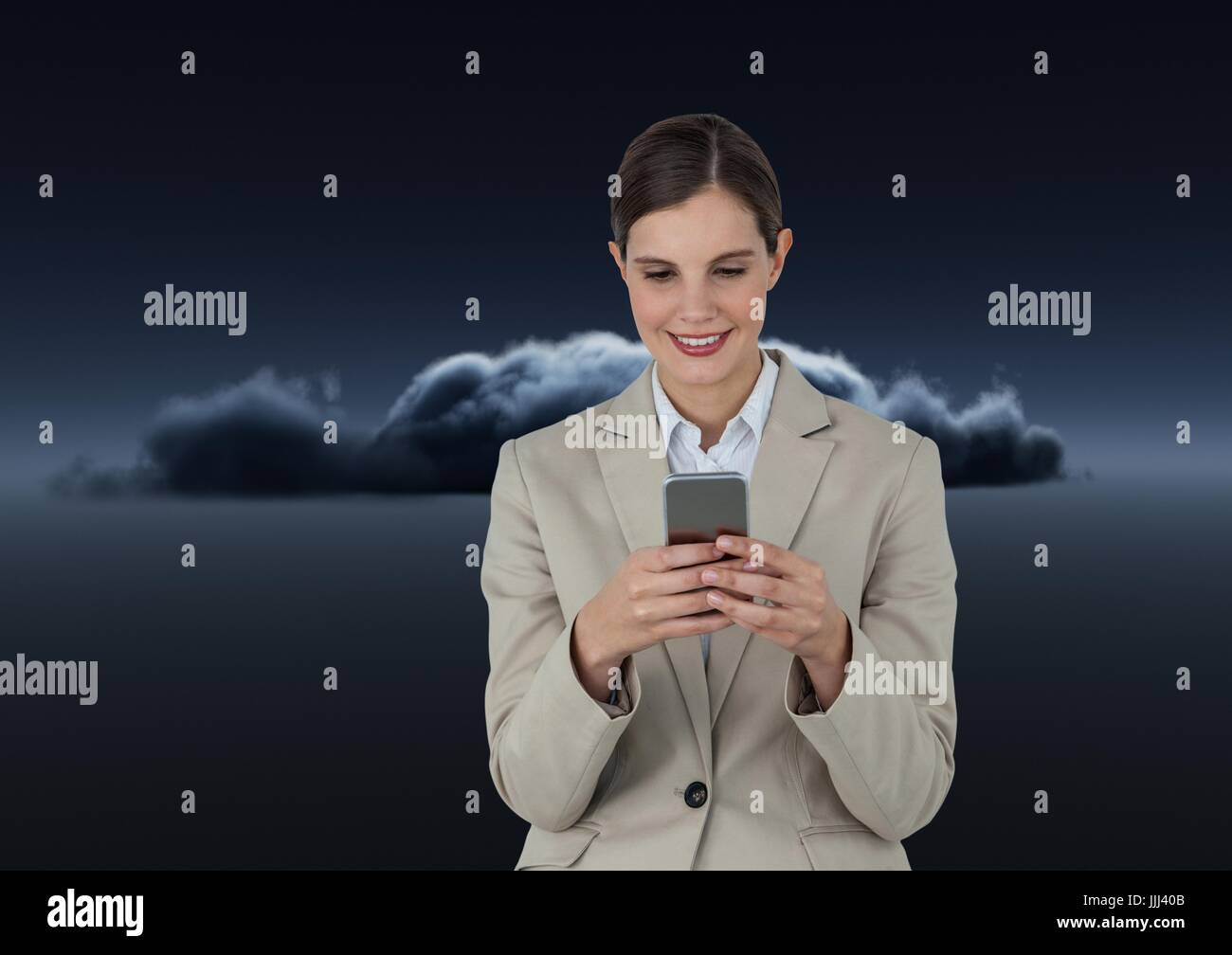 Smiling woman texting en face d'un sombre nuage 3D Photo Stock