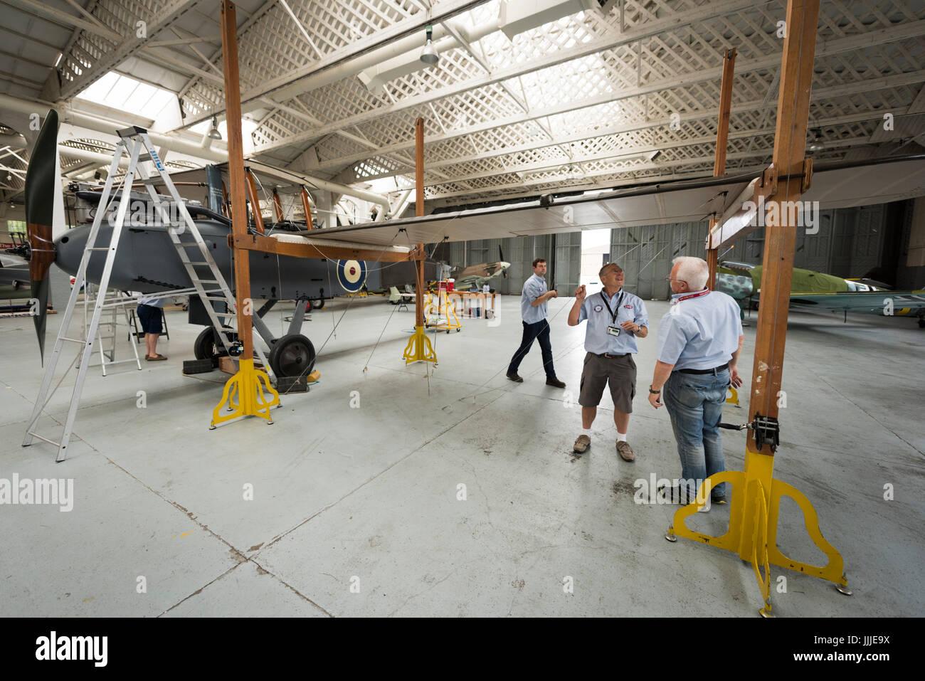 Duxford Cambridgeshire, Royaume-Uni. 20 juillet, 2017. Un rare première Guerre Mondiale De Havilland DH9 pour les bombardiers a été entièrement restauré et il est maintenant en cours d'assemblage pour l'affichage et vol à l'Imperial War Museum. L'avion a 100 ans, en cours d'assemblage dans un WW1 cintre sur le 100e anniversaire de l'Imperial War Museum. L'avion est le seul au Royaume-Uni et a été restauré après avoir été trouvés dans un éléphant stable à la Palace de Bikaner, Rajasthan, Inde. Credit: Julian Eales/Alamy Live News Banque D'Images