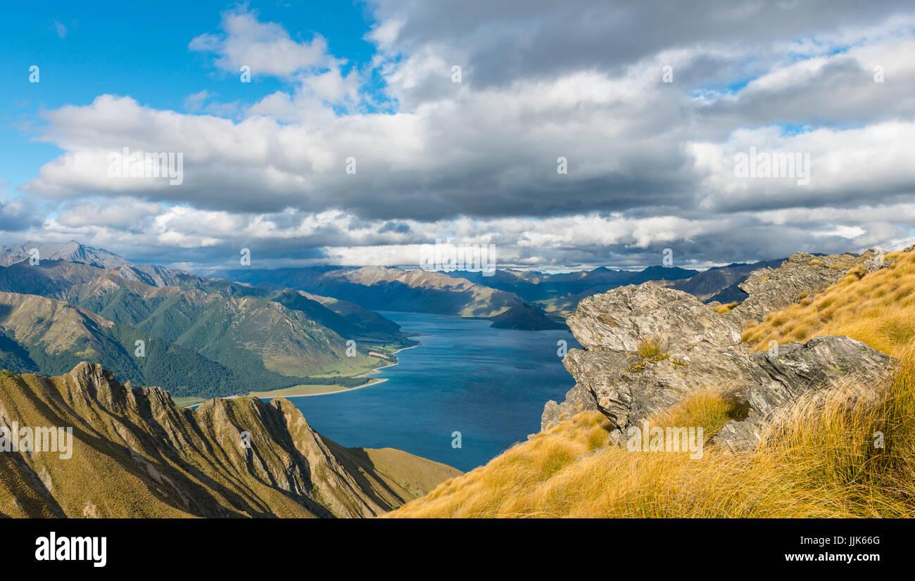 Paysage alpin, le lac Hawea et panorama de montagnes, pics, piste de l'isthme de l'Otago, île du Sud, Photo Stock