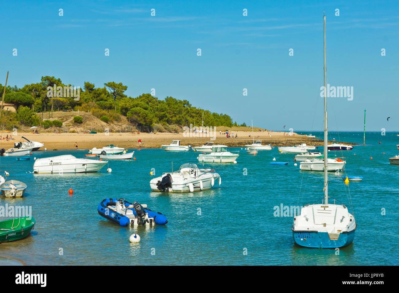 Bateaux amarrés dans l'entrée de la Fier d'Ars, par la plage de La Patache. Les portes-en-Ré, Photo Stock