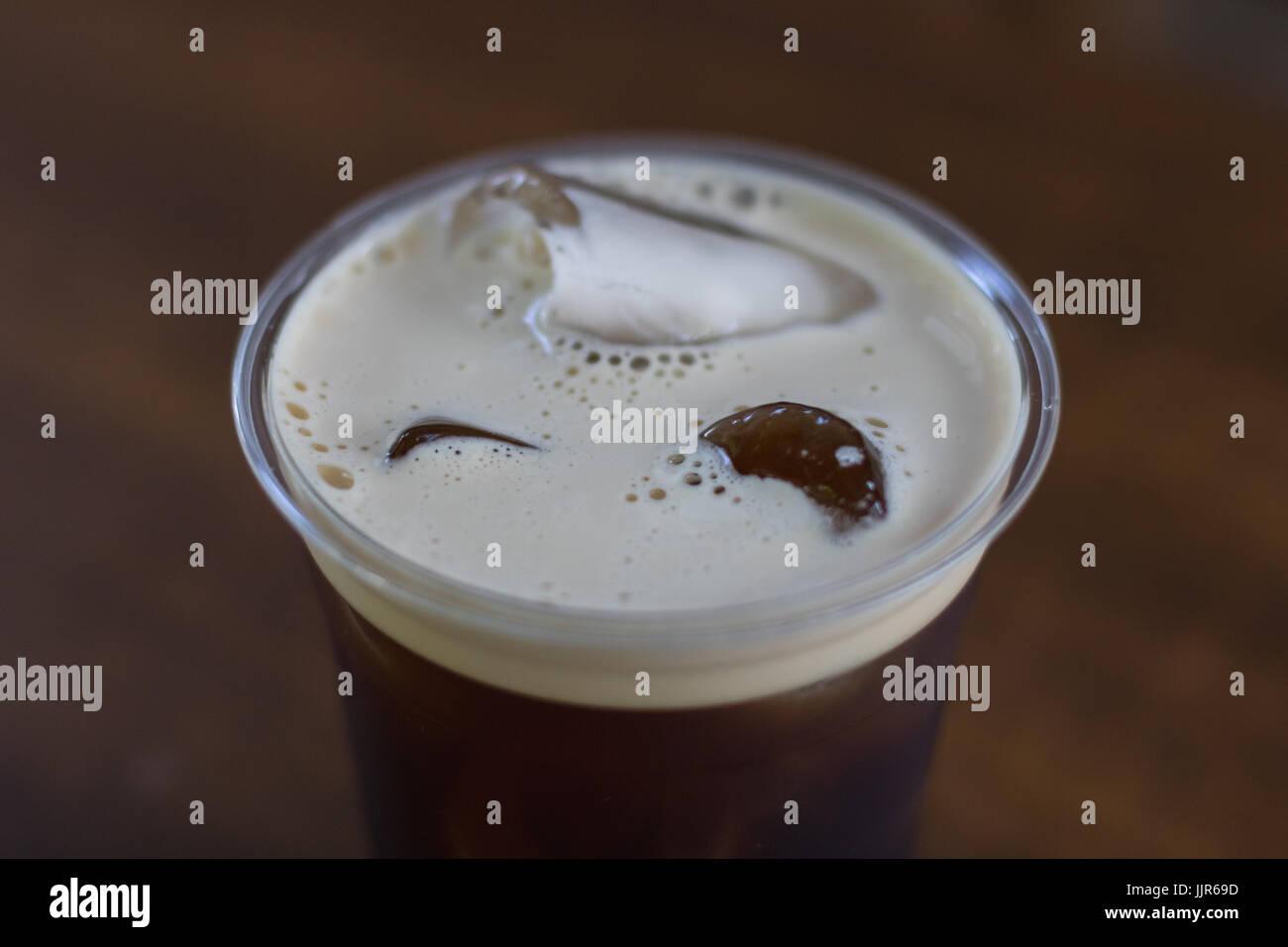 Nitro mousseux préparer de café froid dans la tasse à emporter prêt à boire Photo Stock