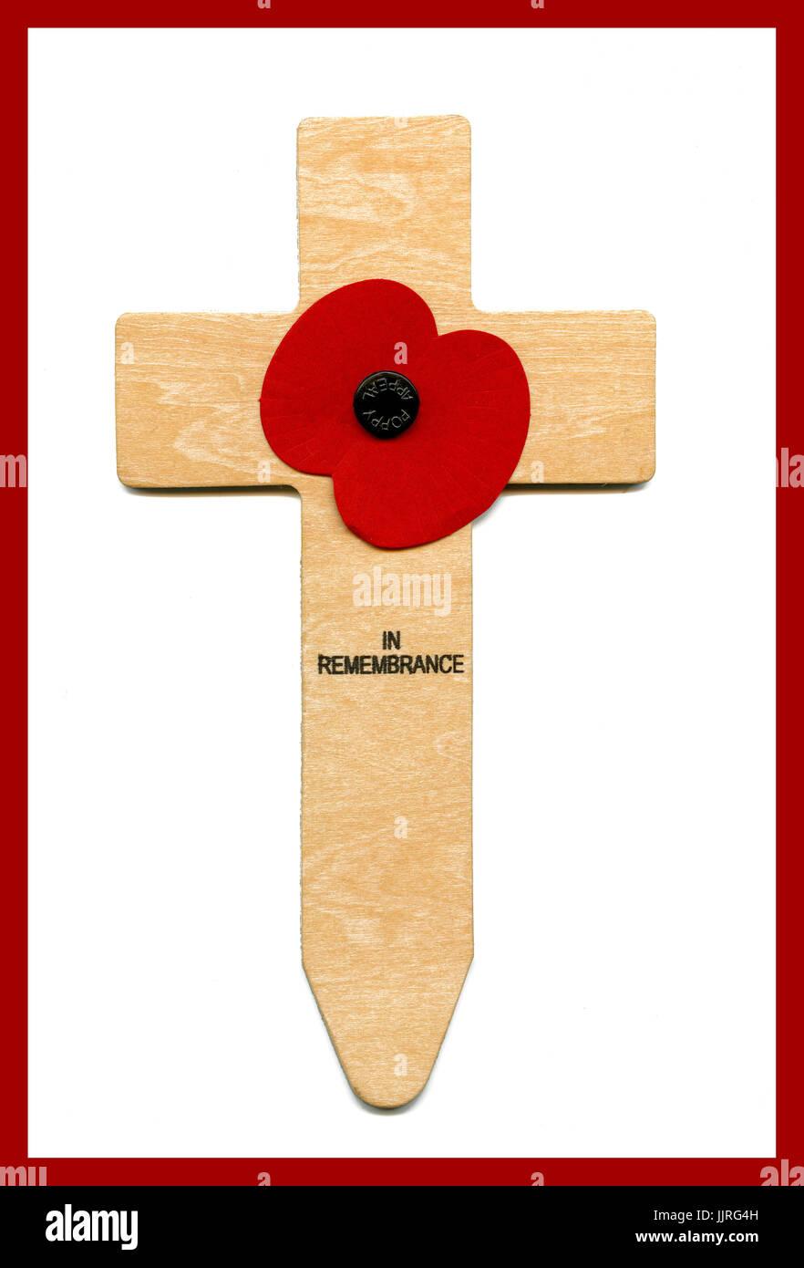 """La Croix du Souvenir, symbole. 7"""" de hauteur fabriqué à partir de contreplaqué. Il a un coquelicot attaché avec les mots 'en mémoire' imprimé sous le coquelicot. Jour du Souvenir 11 Novembre Banque D'Images"""