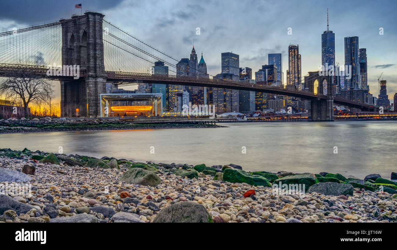 Pont de Manhattan et NEW YORK Skyline at night avec reflet de la ligne d'horizon sur l'East River Photo Stock