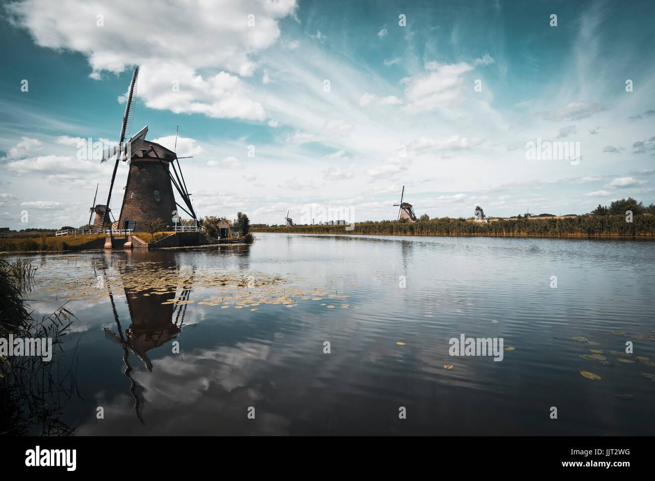 Avec le paysage kinderdijk 19 moulins typiques Photo Stock