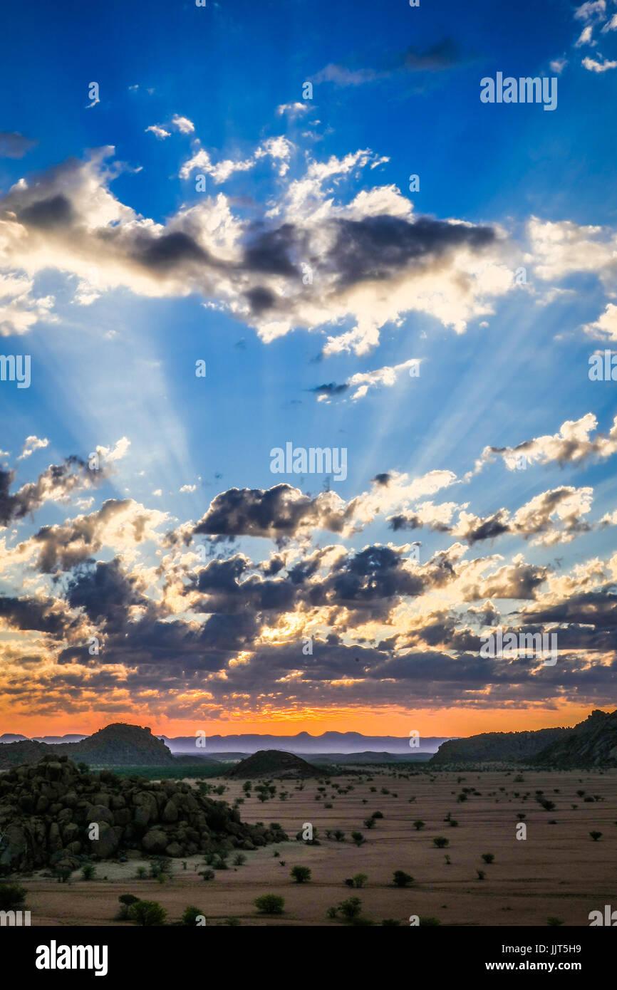 Coucher du soleil dans le désert du Namib, l'un des déserts les plus anciens du monde. La Namibie, Photo Stock