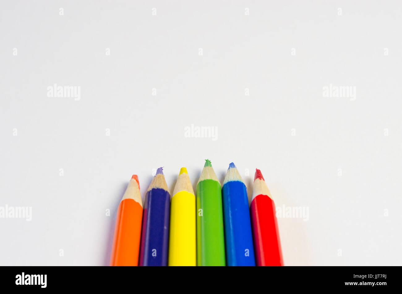 Frontière au crayon de couleur sur fond blanc Photo Stock