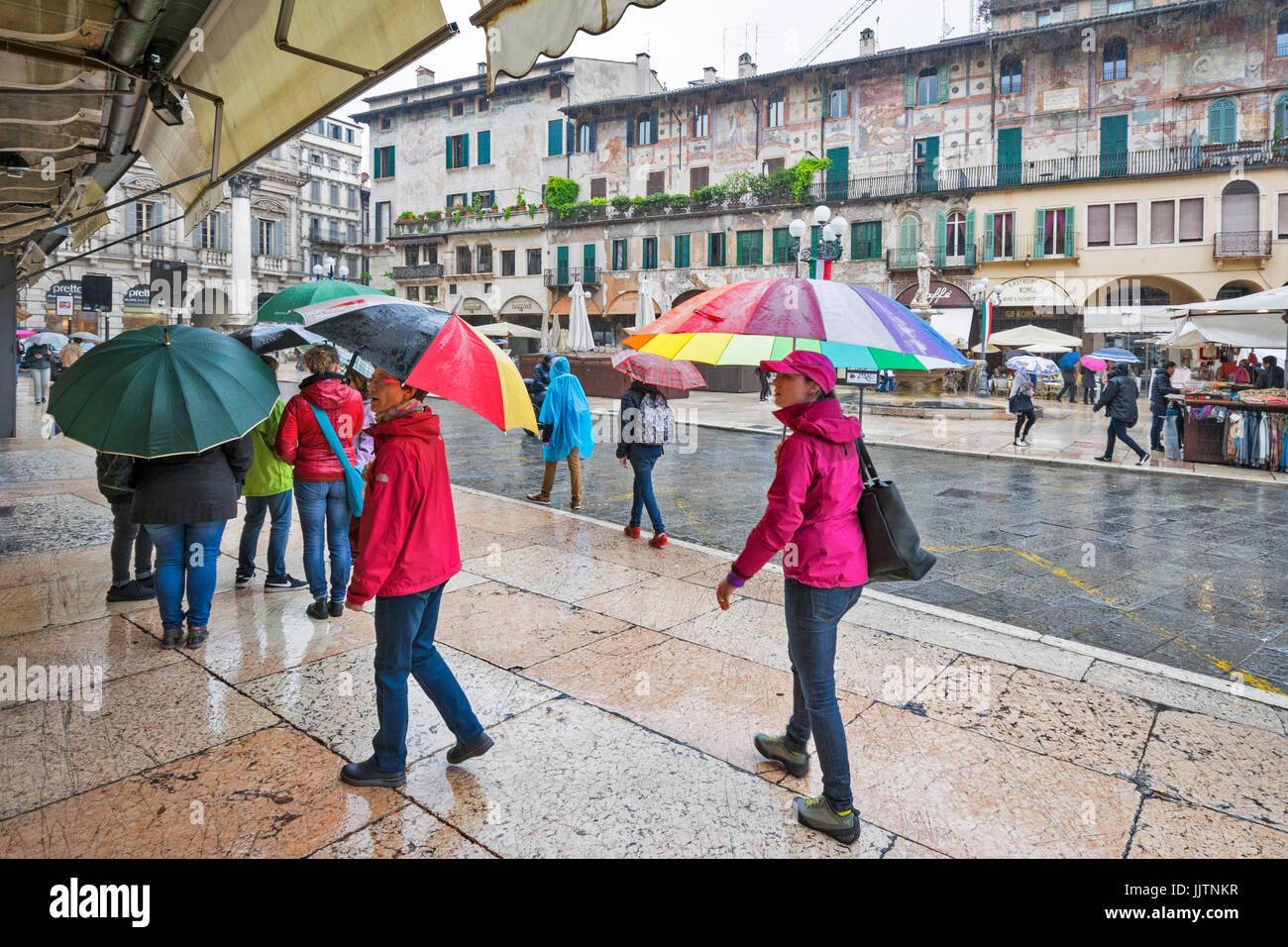Vérone ITALIE UN JOUR DE PLUIE ET DE PARAPLUIES COLORÉS PIAZZA ERBE Photo Stock