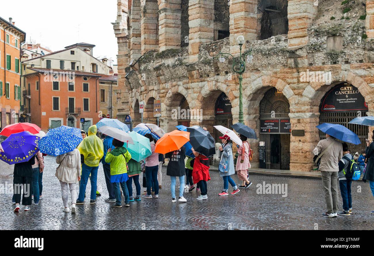Vérone ITALIE UN JOUR DE PLUIE, À L'ARÉNA ET DE NOMBREUX parasols colorés Photo Stock