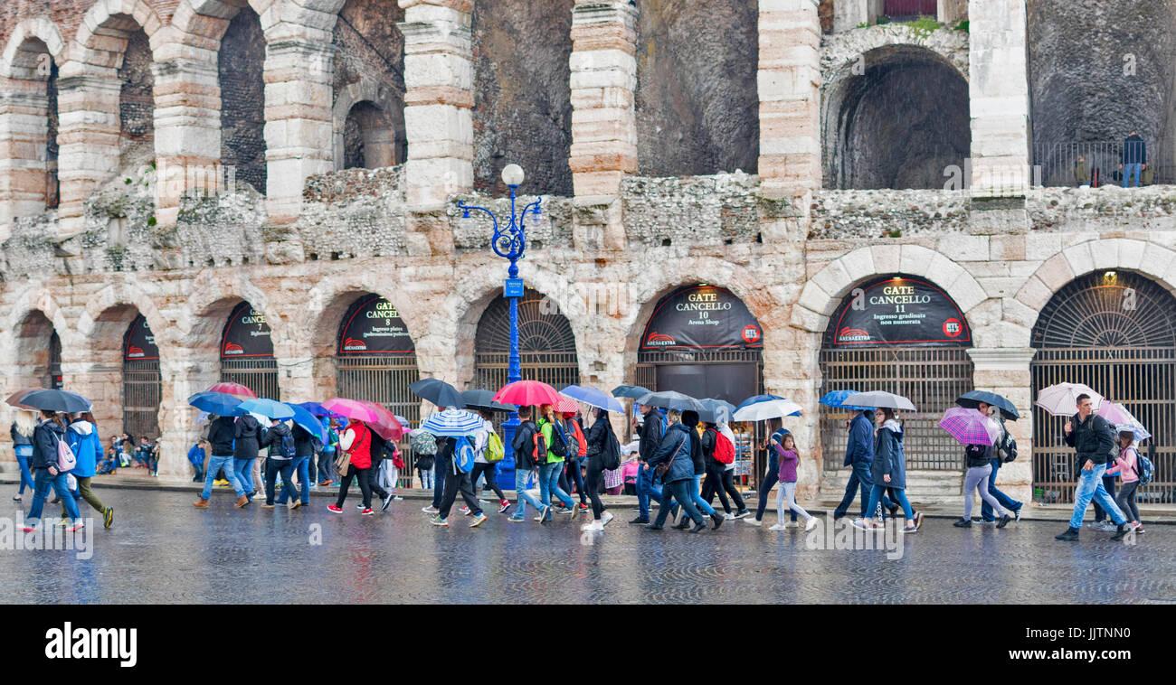 Vérone ITALIE UN JOUR DE PLUIE, À L'ARÉNA LES TOURISTES AVEC DES PARAPLUIES colorés Banque D'Images