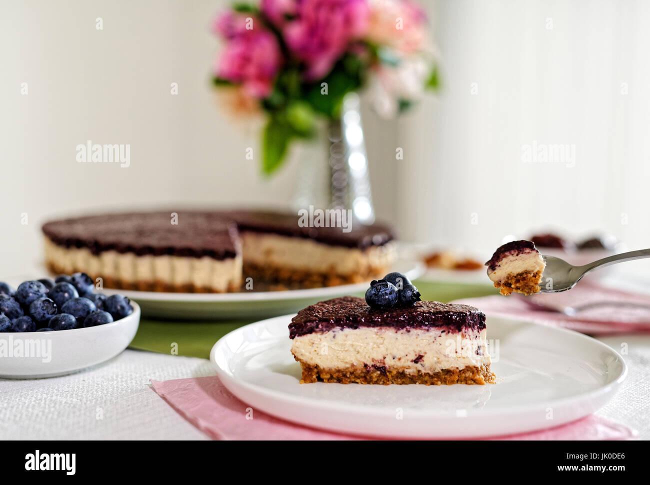 Vegan Cheesecake aux myrtilles, noix de cajou et dates Photo Stock