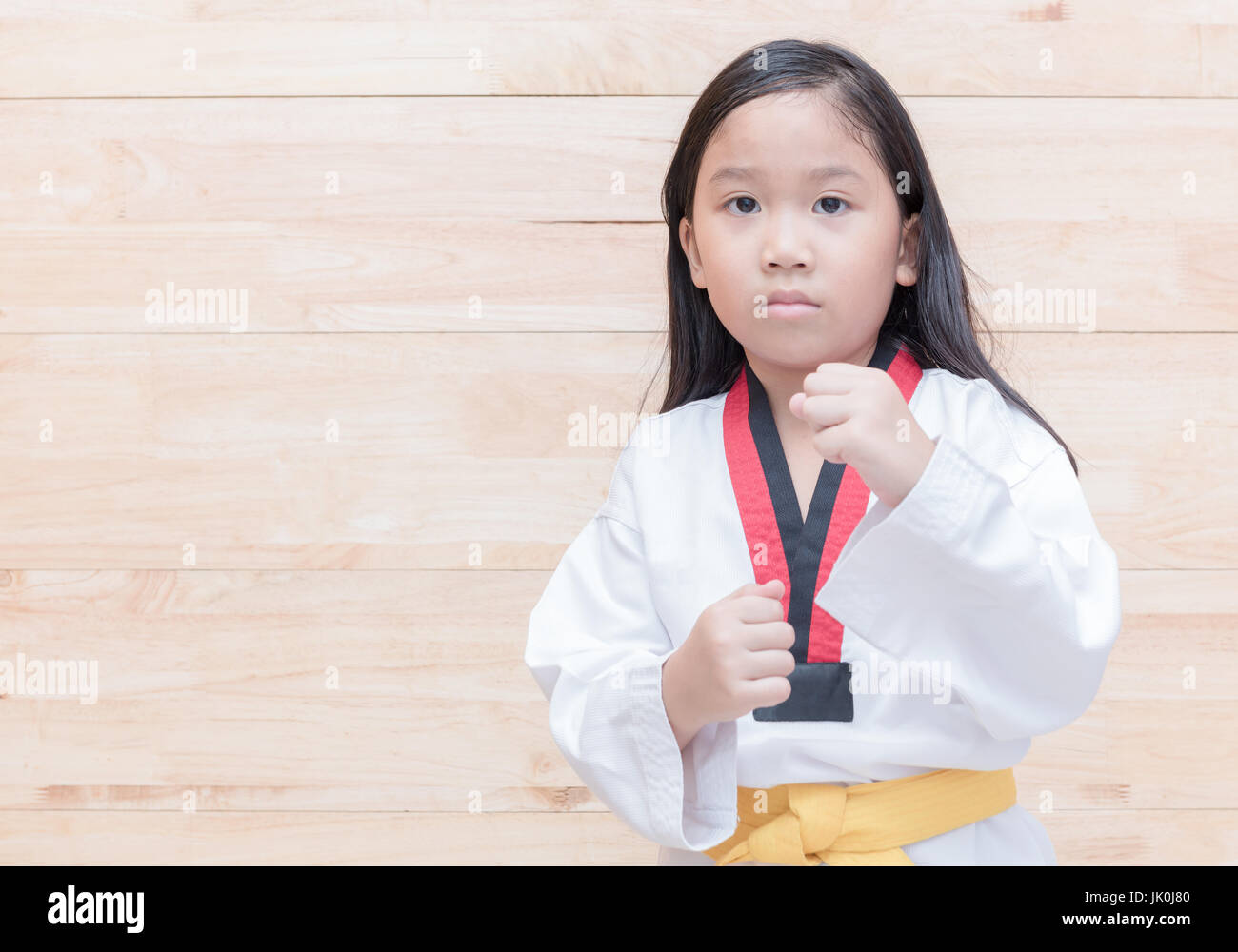 Sport Asiatique taekwondo asiatique fille sur acton sur fond de bois, le sport et la