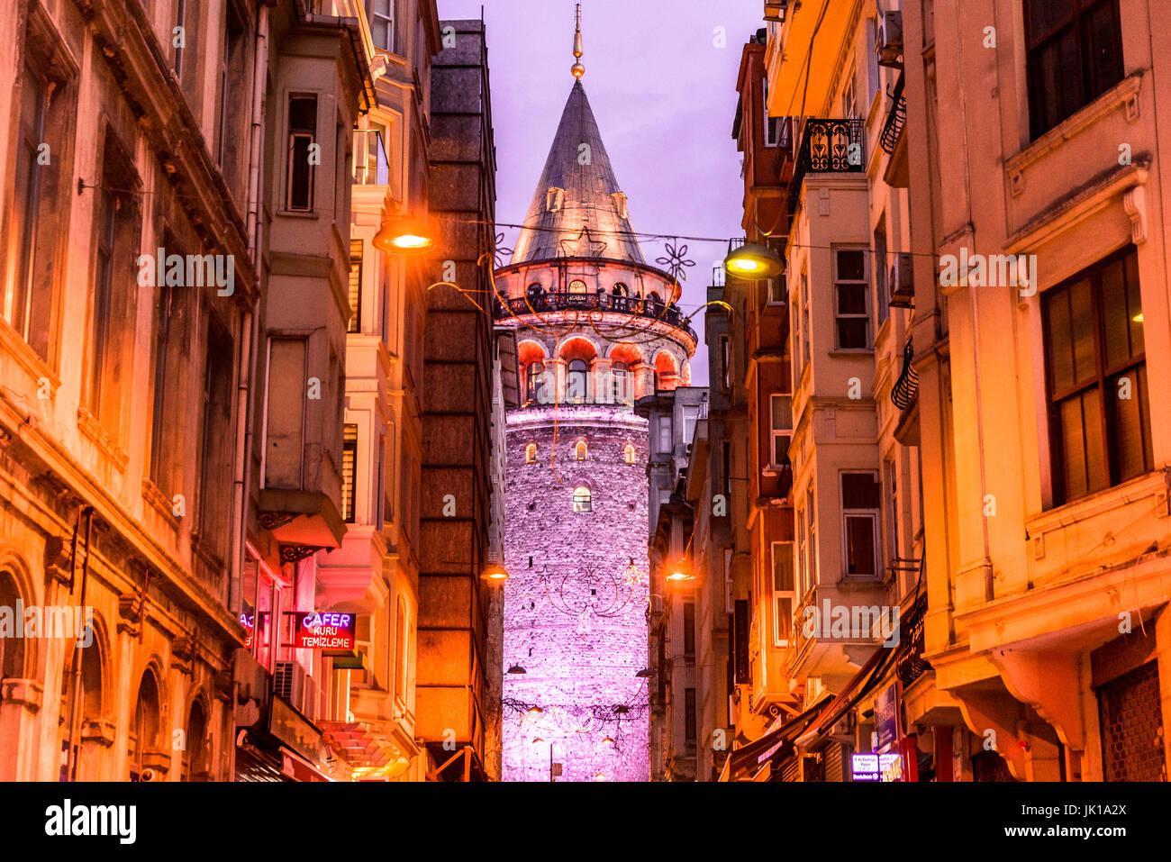 Vue de nuit sur la vieille rue étroite avec la tour de Galata (Galata Kulesi): Turc appelé Christ Photo Stock