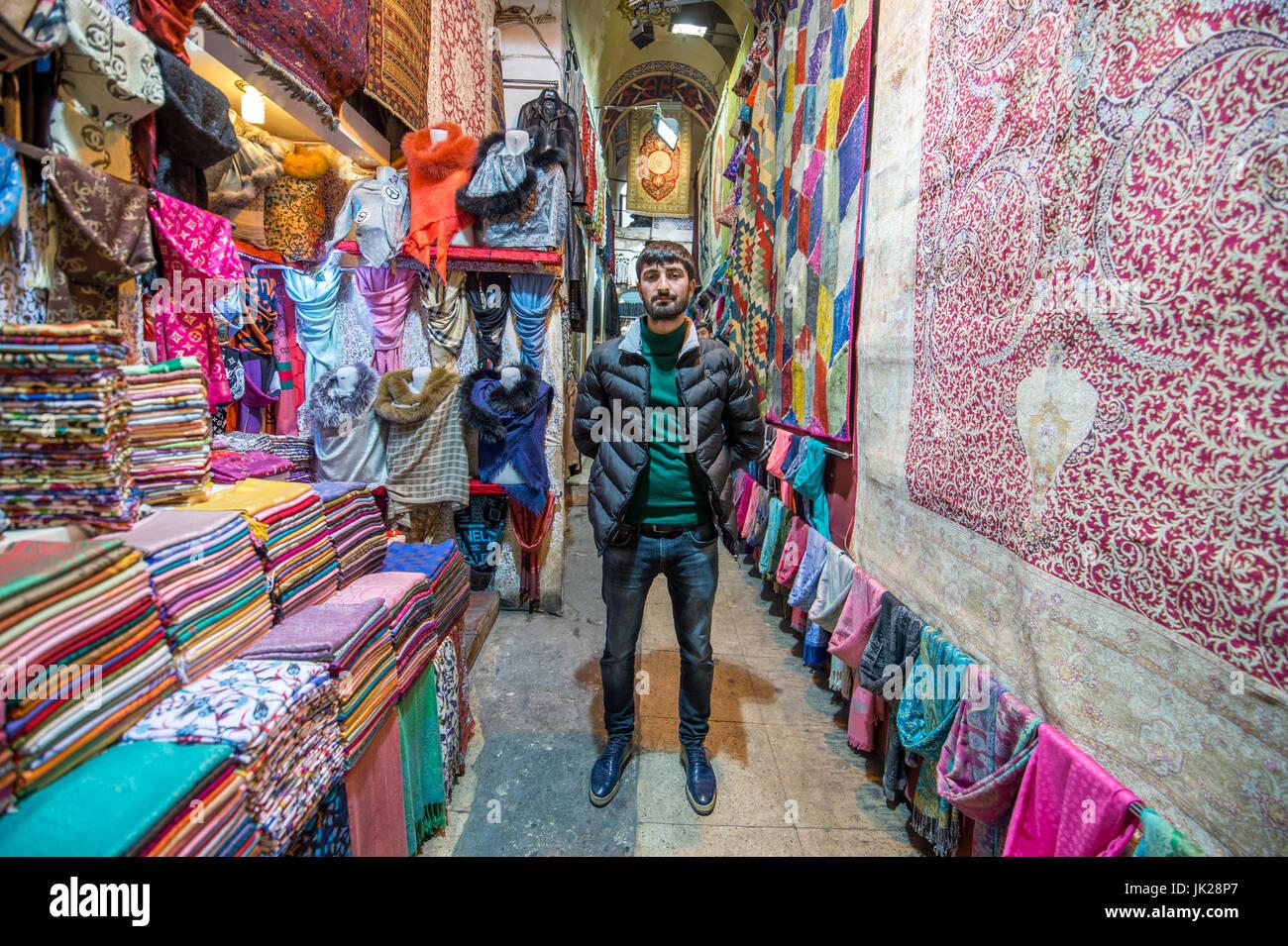 9a1a97a78f66 Un propriétaire de boutique avec une sélection de foulards colorés et  tapisseries au Grand Bazar Photo