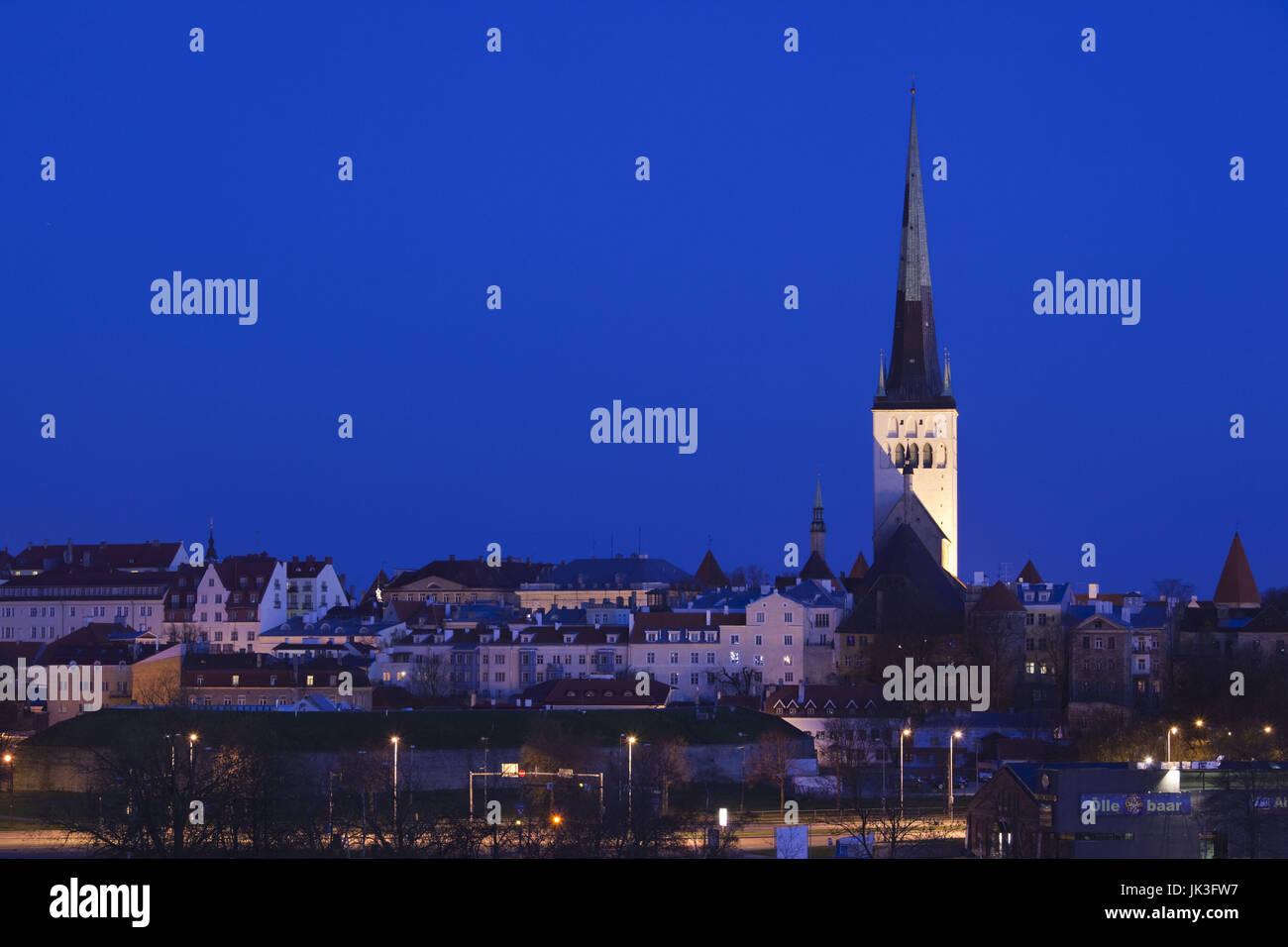 L'Estonie, Tallinn, l'église de saint Olaf du Port de passagers, Dawn Banque D'Images
