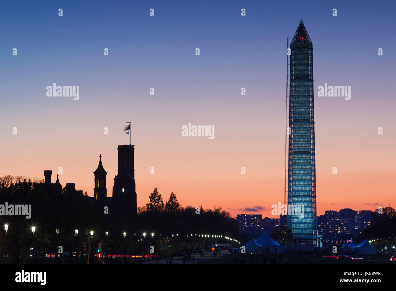 USA, Washington DC, National Mall, Smithsonian Castle et Washington Monument, dusk Photo Stock