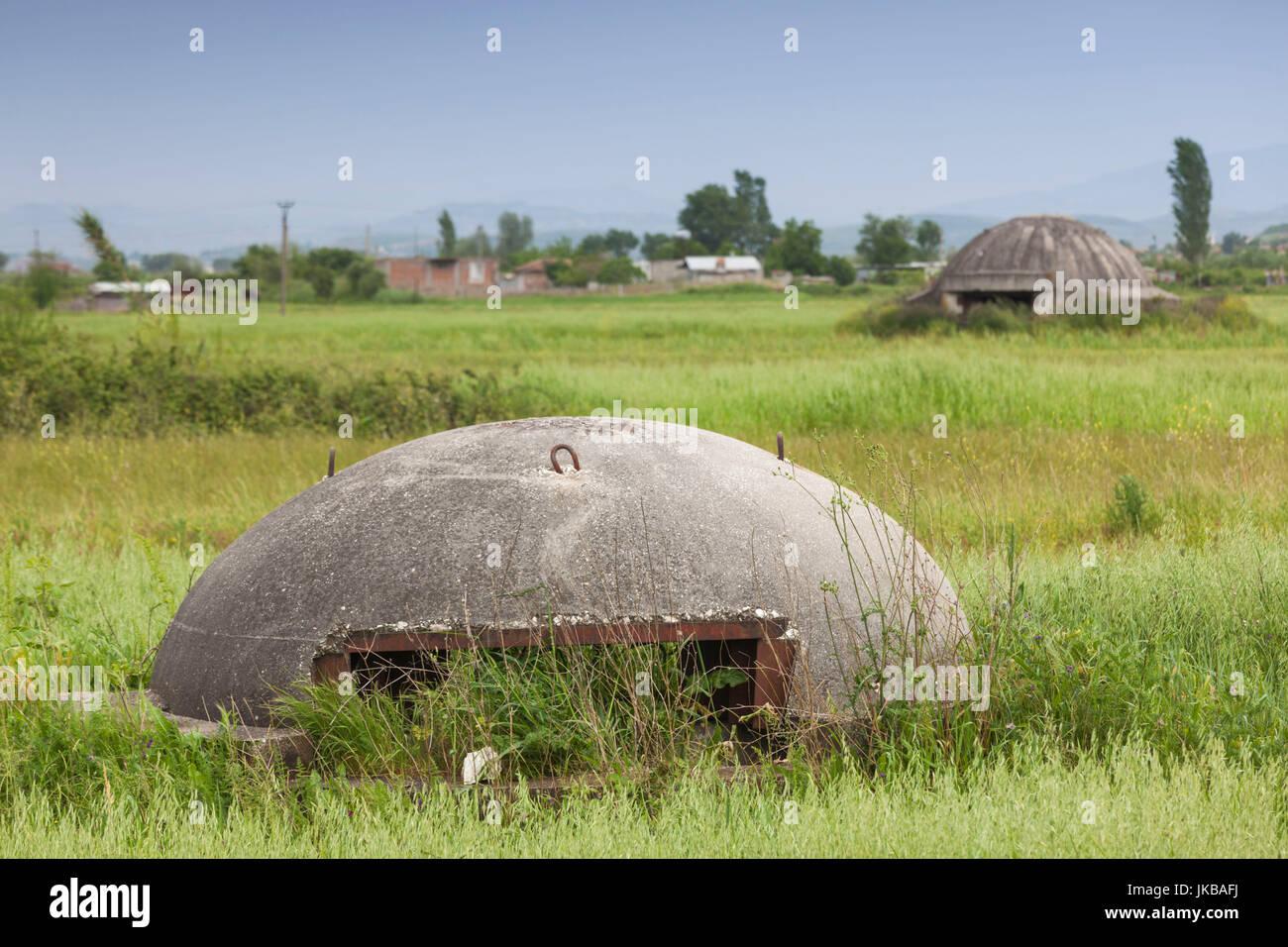 L'Albanie, Fier, bunkers de l'ère communiste dans le champ Photo Stock