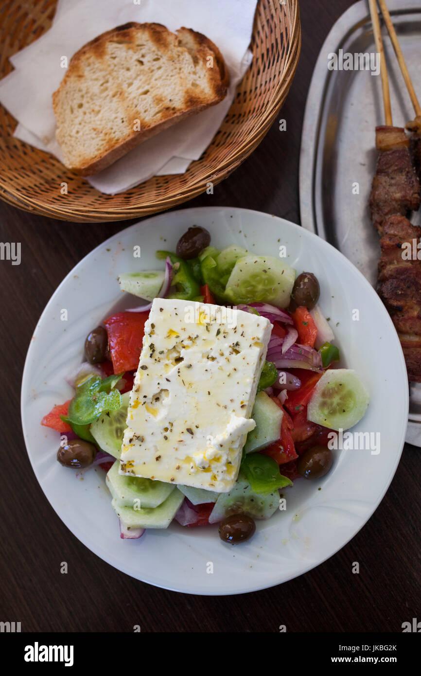 Grèce, Péloponnèse Région, Corinthe, salade grecque Souvlaki et Banque D'Images