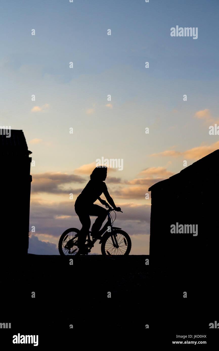 Silhouette de jeune fille sur location Banque D'Images