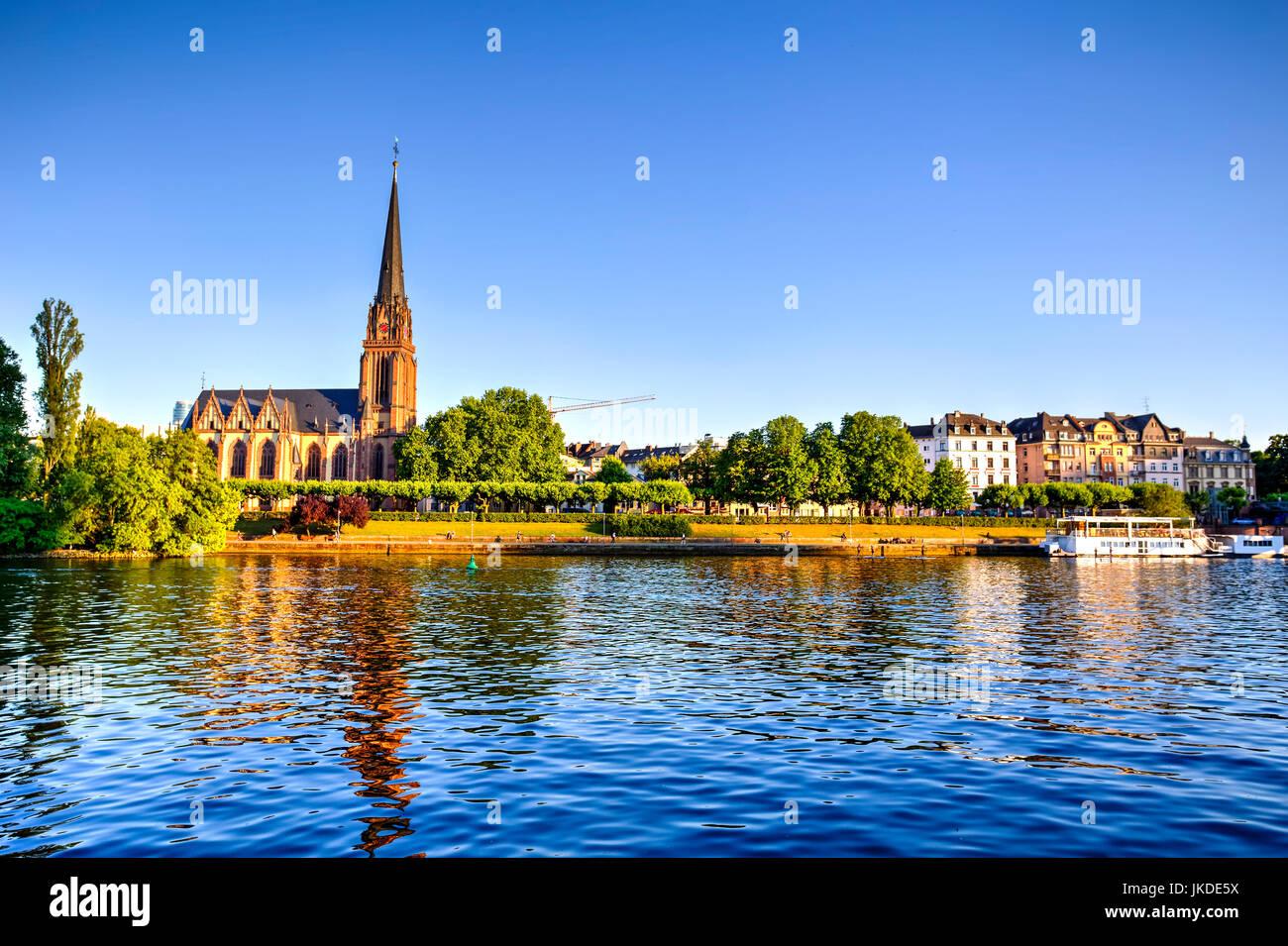 Francfort et la rivière principale, au bord de l'Allemagne Photo Stock