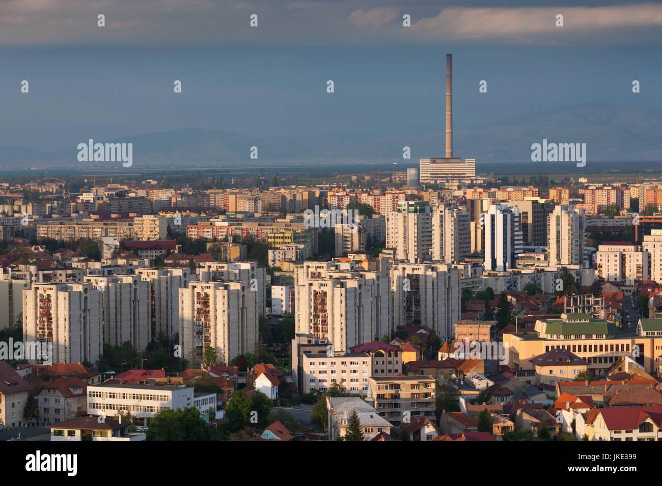 La Roumanie, la Transylvanie, Brasov, ville nouvelle et l'heure de l'usine d'énergie thermique Photo Stock