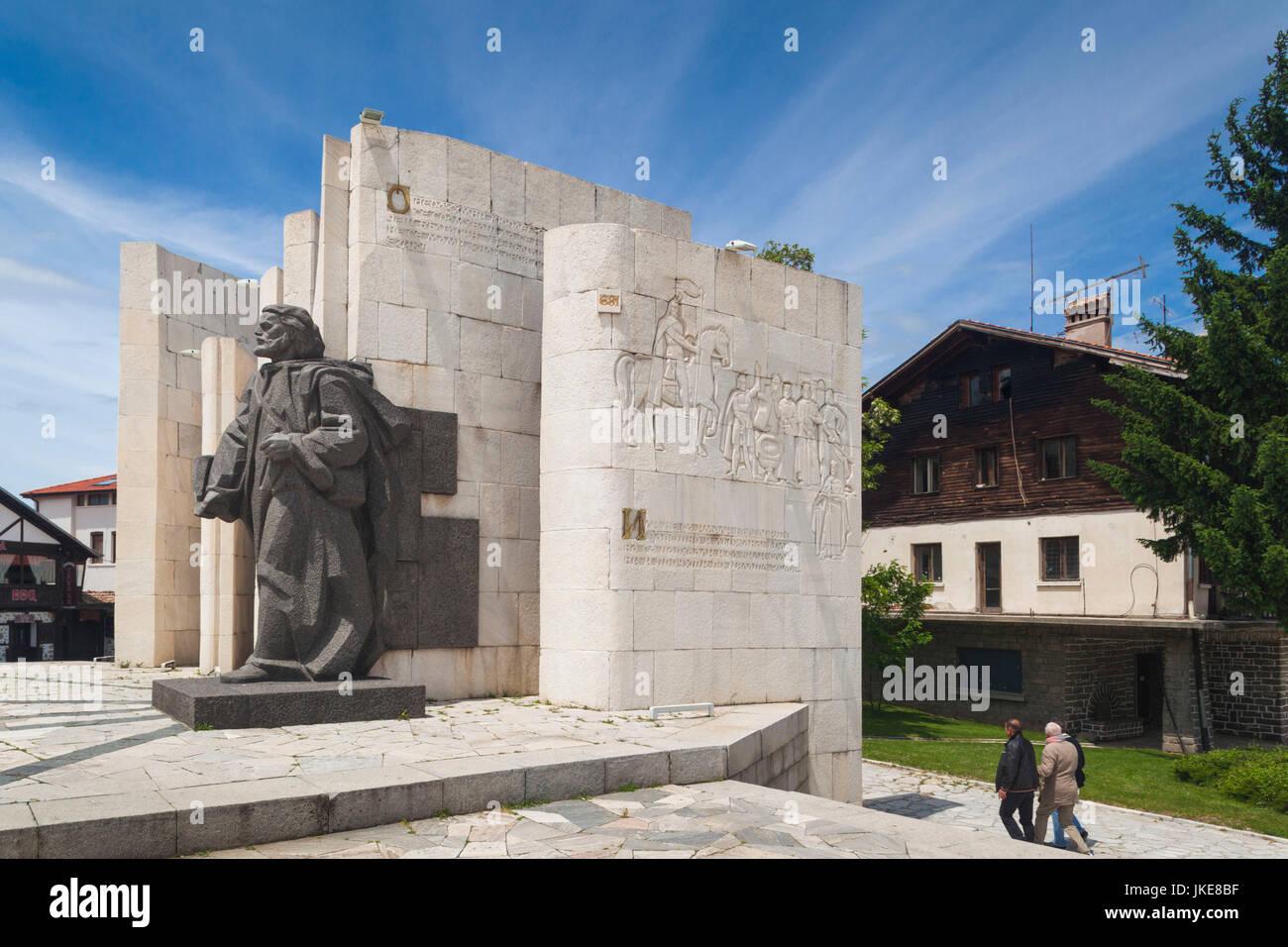 La Bulgarie, le Sud de montagnes, Bansko, station de ski, Ploshtad Vazhrazhdane Square, monument de Père Paisii Photo Stock