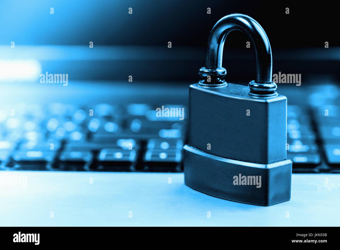 Ordinateur et la sécurité en ligne avec clavier et cadenas Photo Stock