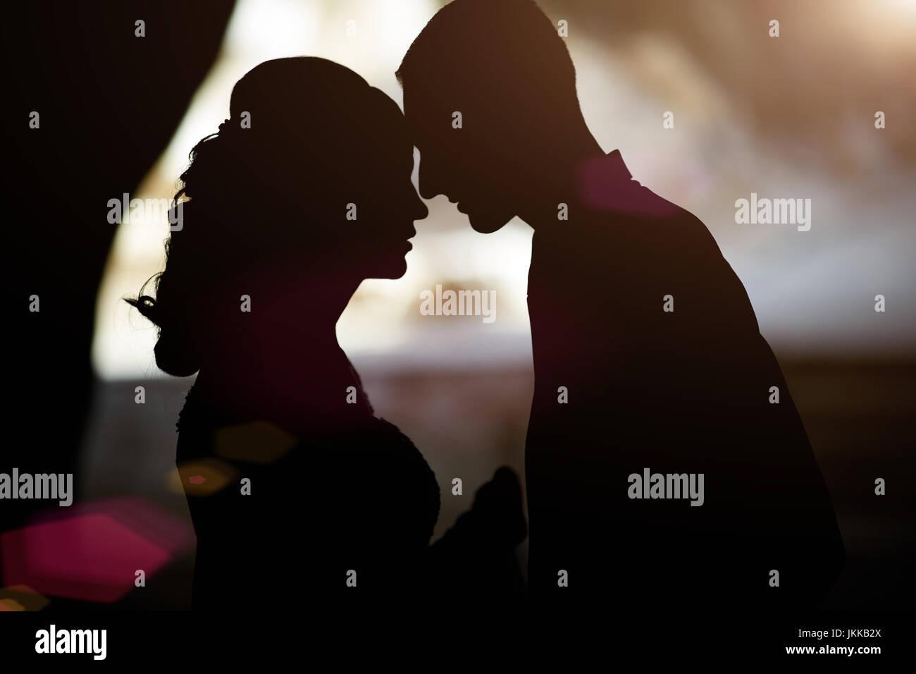 Silhouette d'un couple in love Photo Stock