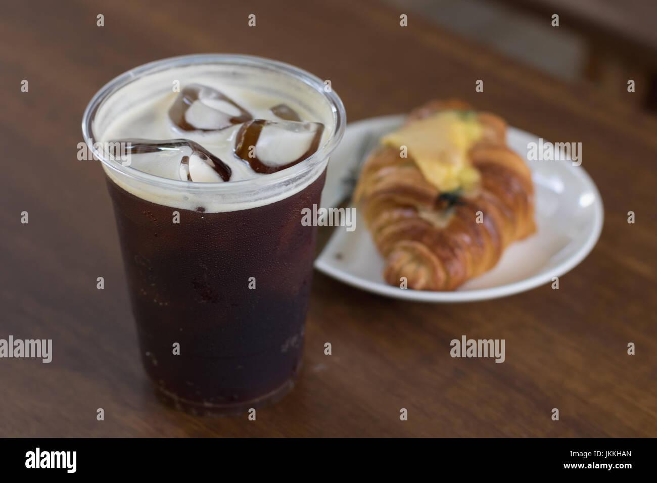 Nitro mousseux préparer de café froid sur la table prêt à boire un café en plein air Photo Stock