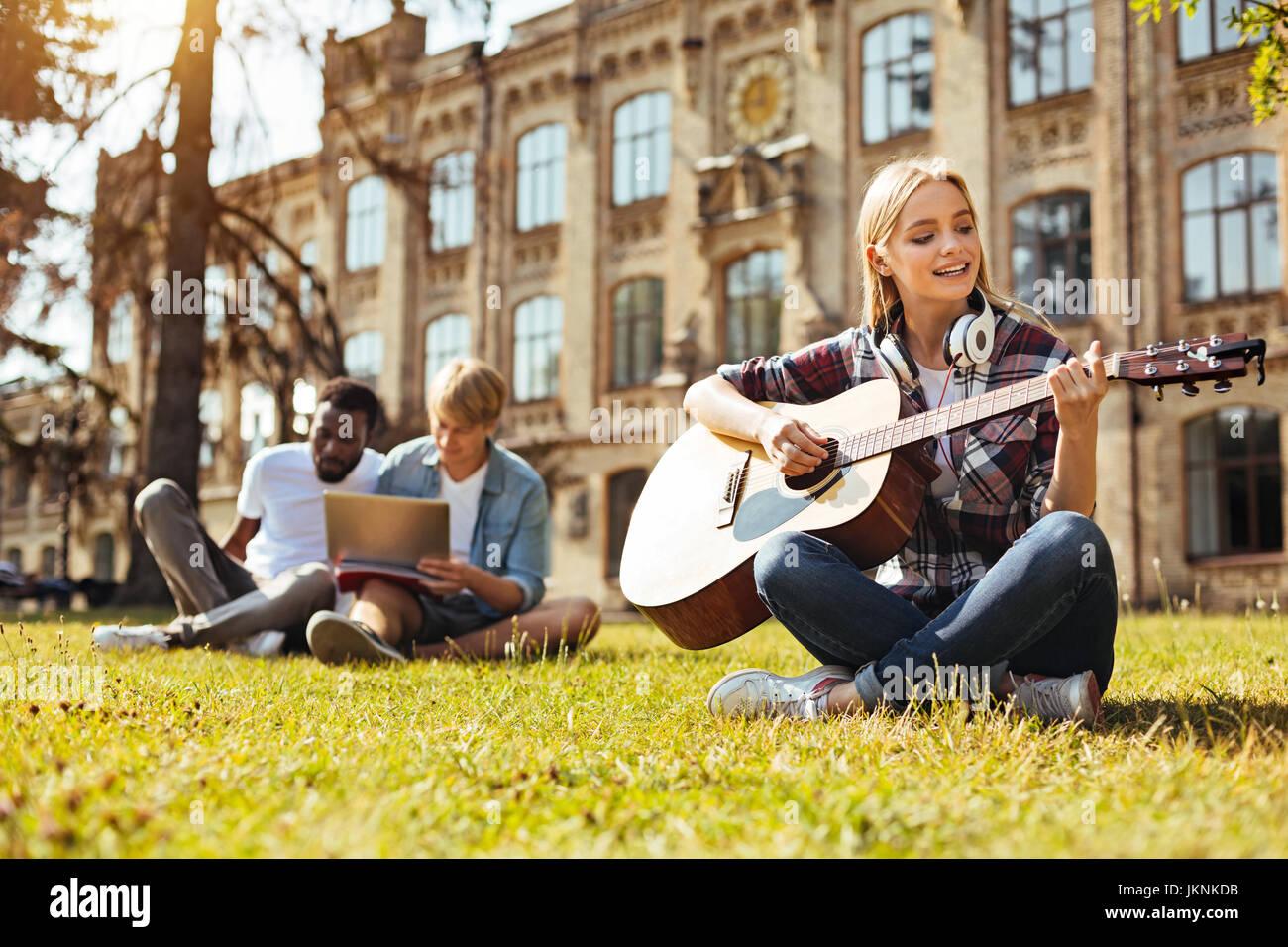 Jeune femme engagée pratiquer sa musique Photo Stock