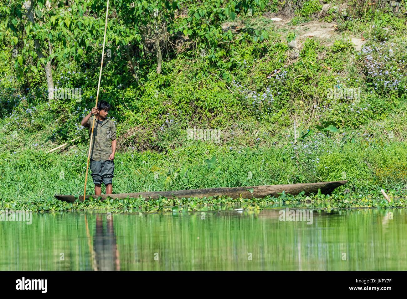 Pêcheur sur sa pirogue népalaise, pour un usage éditorial uniquement, district de Chitwan, Népal Photo Stock