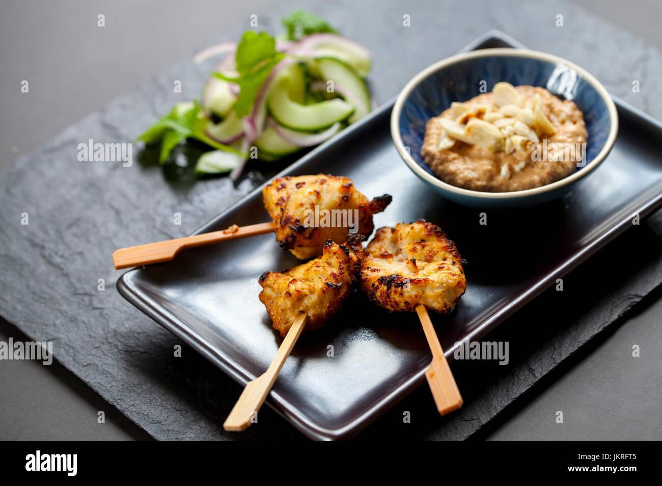 Satay de poulet et l'oignon et salade de concombre Photo Stock