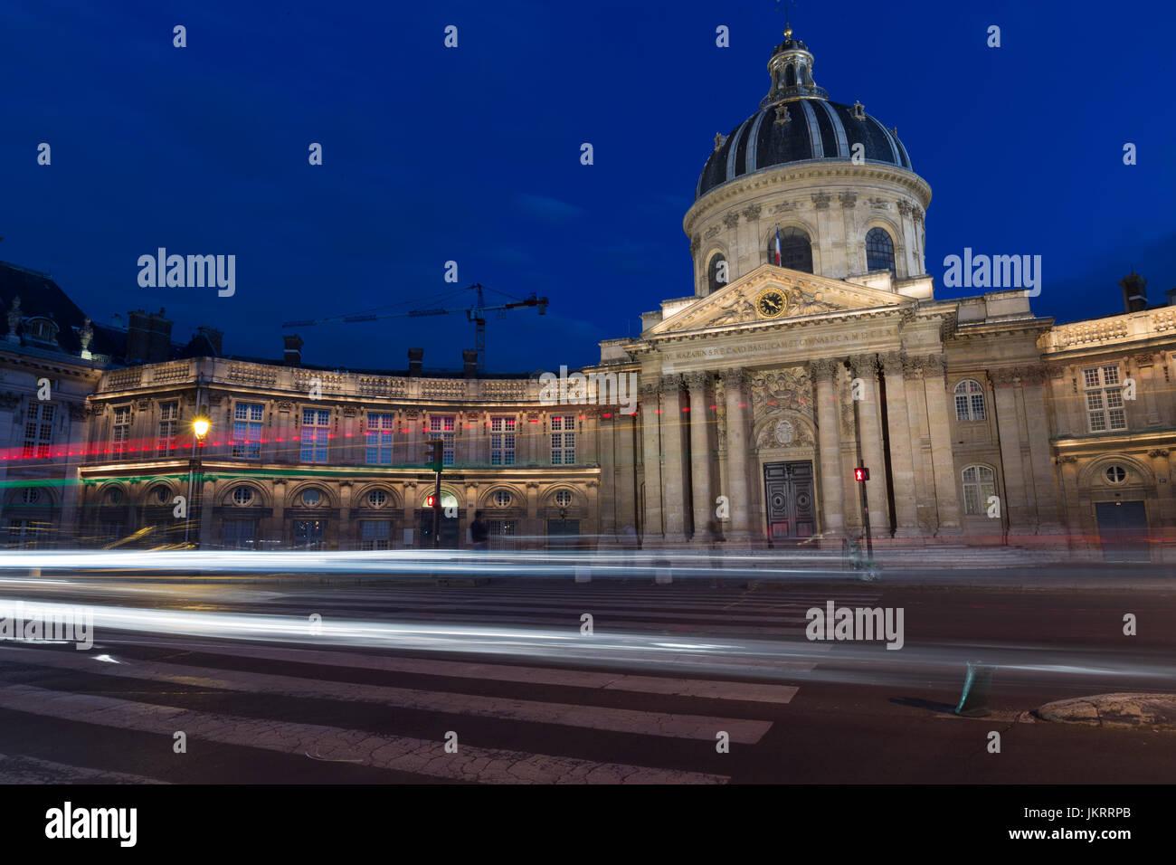Paris la nuit, trafic routier en face de l'Institut de France Photo Stock