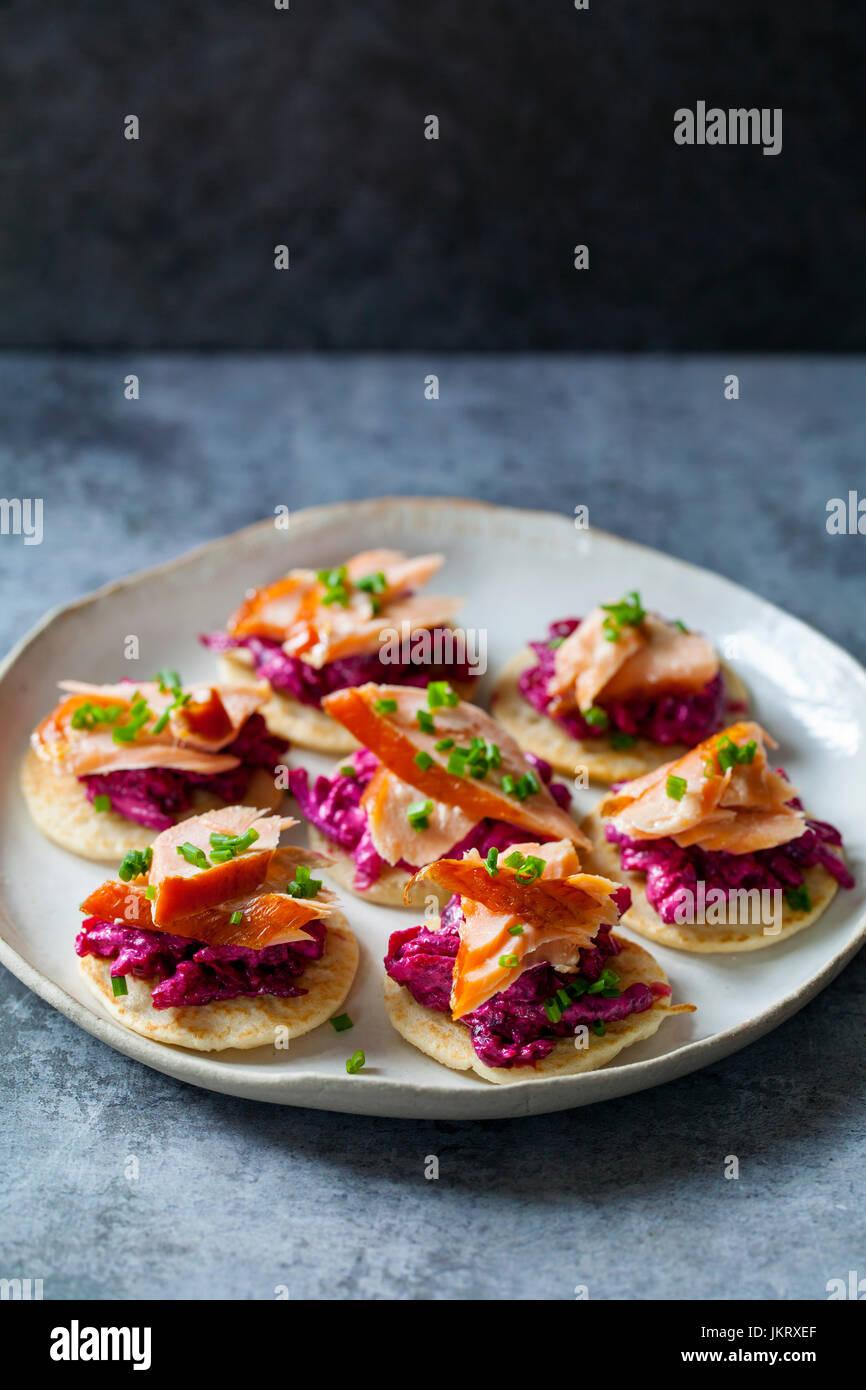 Blinis de betterave, raifort, saumon fumé et chèvre chaud chhese Photo Stock