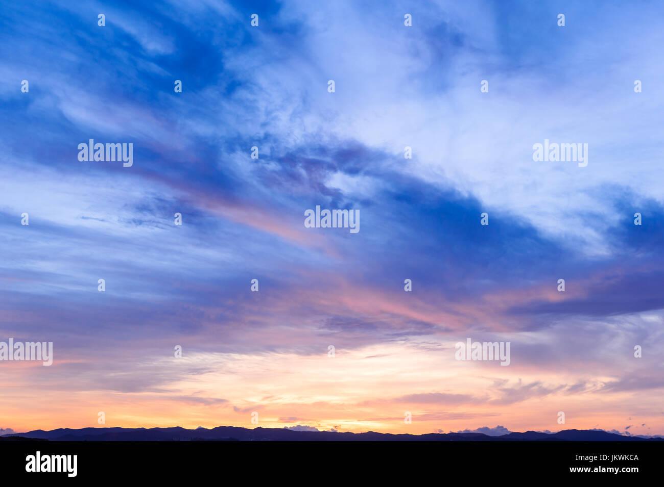 L'avenir, le temps qui passe, nouveau jour, ciel, bleu lumineux, couleurs jaune et orange coucher du soleil Photo Stock