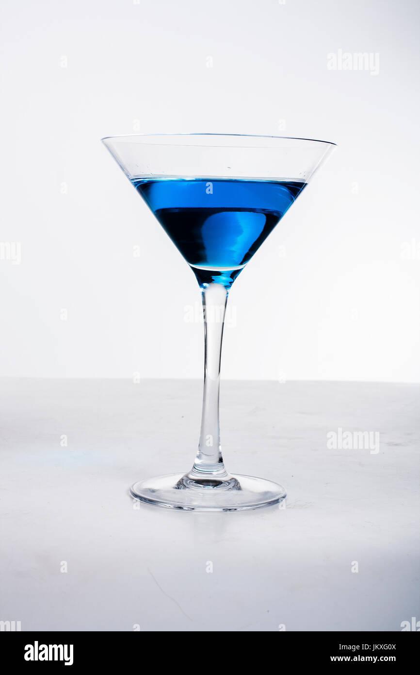 Un cocktail dans un verre à martini bleu rose Photo Stock