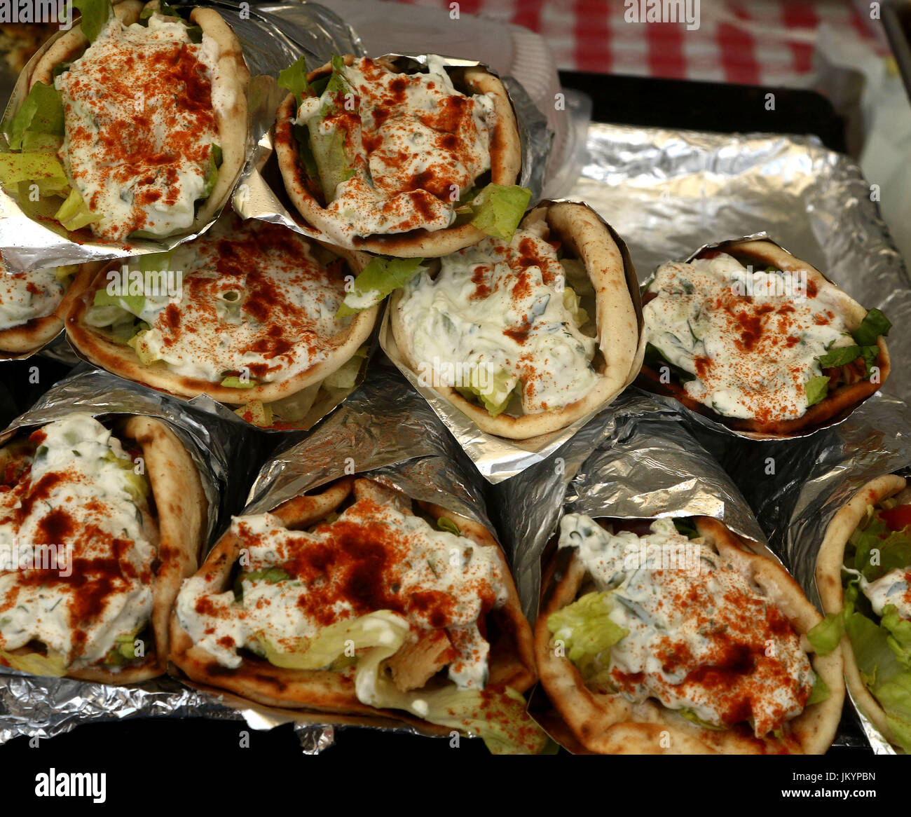 Enveloppements grec fait sauce tzatziki, feta, paprika, salade et poulet Photo Stock