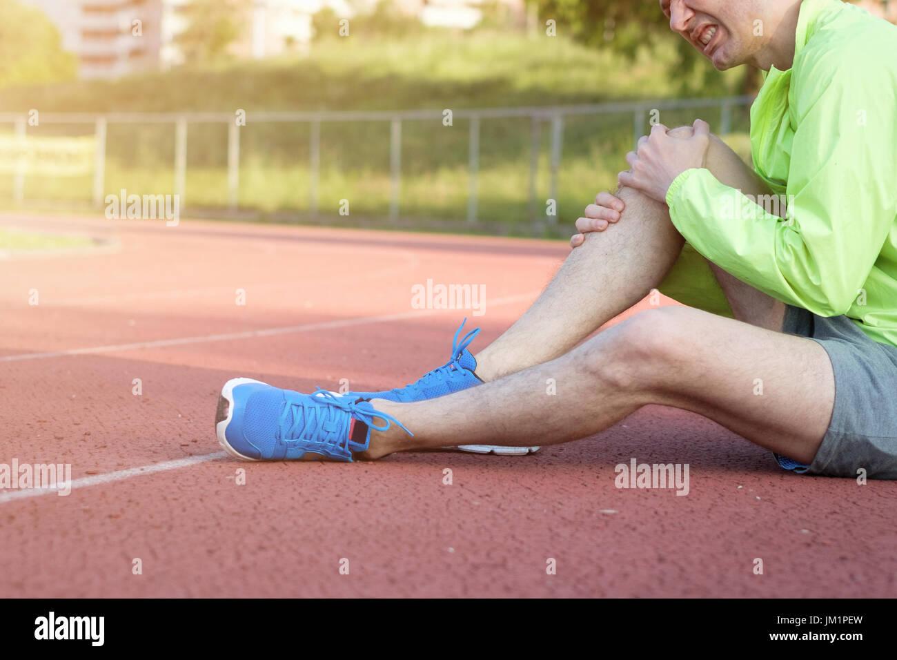 L'exécution de sportsman ressentir de la douleur après avoir subi une blessure Banque D'Images