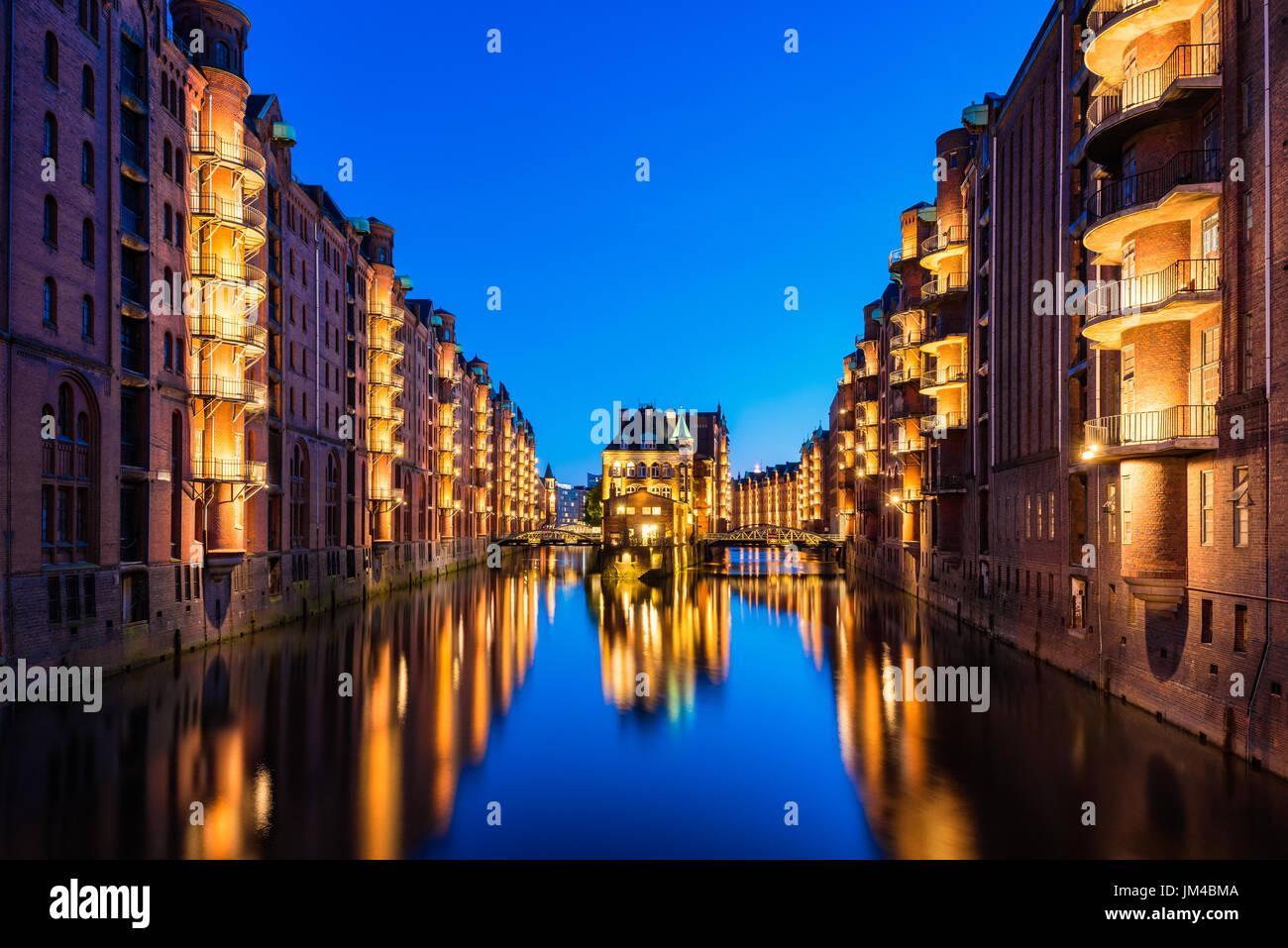 Entrepôts Canal au centre-ville de Hambourg, Allemagne au crépuscule Photo Stock