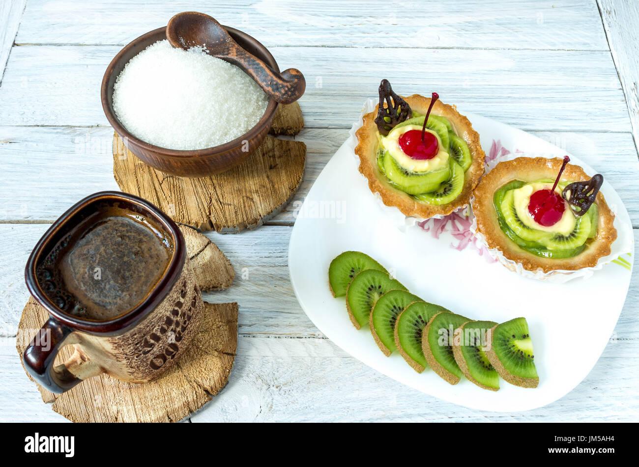 Plat en forme de sourire. Sourire à des fruits. Dessert sous la forme d'un petit homme. Du café et des gâteaux. Photo Stock