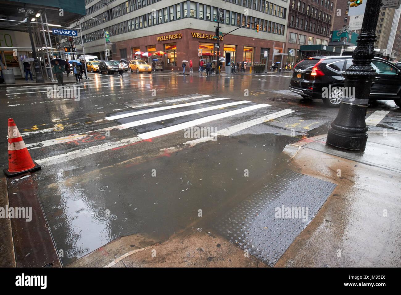 L'eau de pluie à partir d'inonder les rues de New York City USA Photo Stock