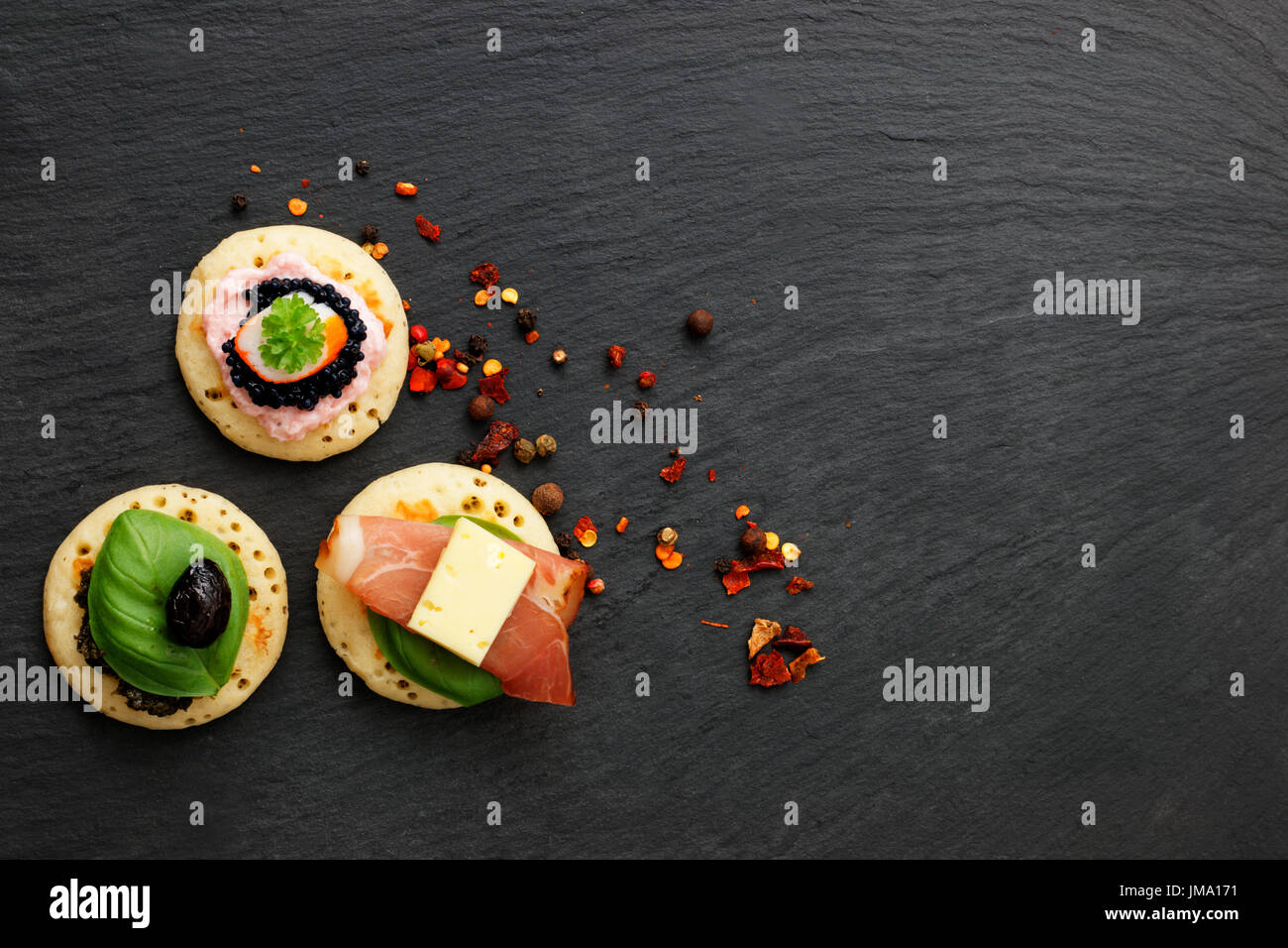 Crêpes maison canapes sur ardoise plaque de pierre de finger food party Photo Stock