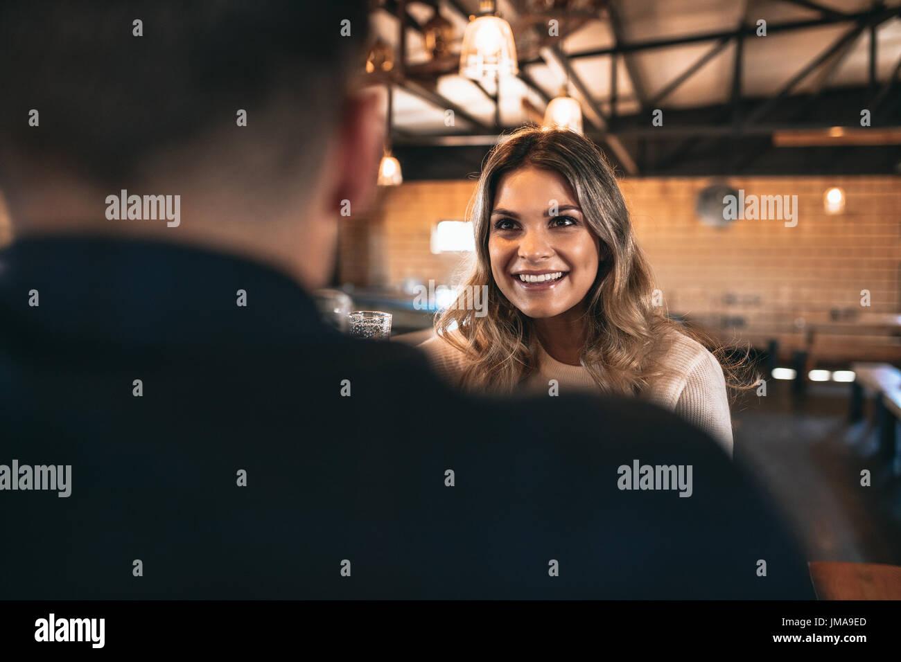 Belle jeune femme avec un homme au bar. Couple au bar. Photo Stock